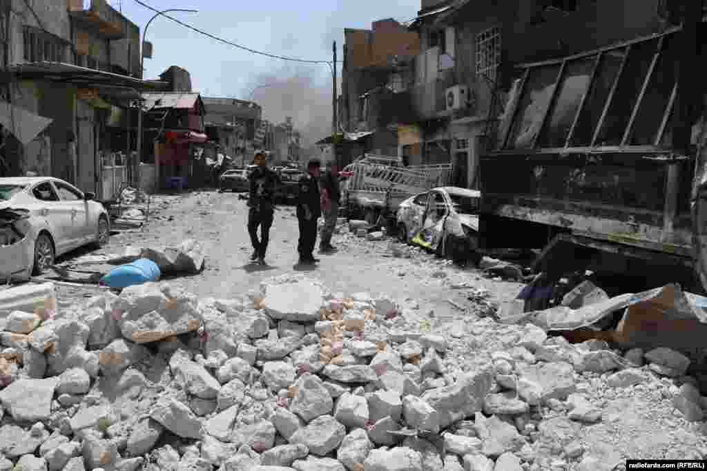 رویترزمیگوید در جریان درگیری برای بازپس گیری موصل، علاوه بر تلفات نظامی، تخمین زده میشود که هزاران غیرنظامی «کشته» شده و ۹۰۰ هزار تن از ساکنان این شهر «آواره شدهاند».
