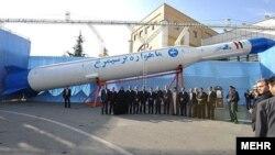 ایران می گوید، ماهوارهبر «سیمرغ» قادر است ماهوارههایی تا وزن ۲۵۰ کیلوگرم را در مدار۵۰۰ کیلومتری زمین قرار دهد.