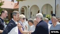 Ivo Jospović se rukuje sa građanima koji su došli da ga pozdrave prilikom posjete Derventi, 30. maj 2010. Fotografije uz tekst: Boris Miljević