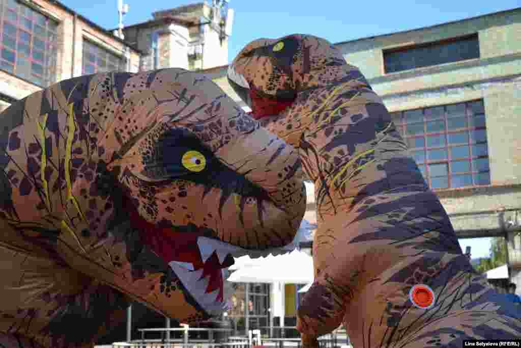 «Живими» динозаврами нікого вже не здивуєш. Хіба що надувними, які роблять, що їм заманеться