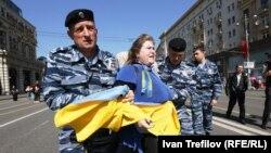 Задержание Екатерины Мальдон на проукраинской акции в Москве 1 мая 2014 года
