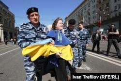 Задержание Екатерины Мальдон на акции в поддержку Украины 1 мая 2014 года