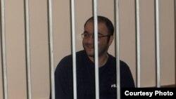 Азербайджанский оппозиционный журналист Эйнулла Фатуллаев на скамье подсудимых. Баку, 18 мая 2007 года.