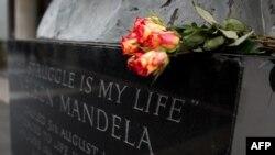 Lule në një pllakë përkujtimore për Nelson Mandelën në pjesën qendrore të Londrës
