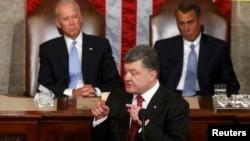 Пётр Порошенко выступает в конгрессе США на Капитолийском холме в Вашингтоне. Его слушают (слева): вице-президент Джо Байден, (справа) председатель палаты представителей Джон Бейнер