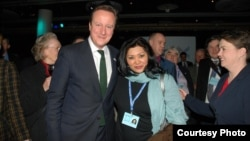 Шахсанем Сартова-Мүррей Британиянын премьер-министри Девид Кэмерон менен.