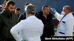 Stafi mjekësor në Shqipëri duke kontrolluar ditë më parë disa pasagjerë.