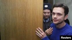 """Илья Яшин на слушаниях в Тверском суде 6 декабря. Яшин был осужден на 15 суток за участие в митинге """"За честные выборы"""" на Чистых прудах в Москве 5 декабря 2011 года."""