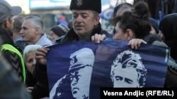 Srbija još nije sprovela nalog izdat pre 22 meseca za hapšenje troje optuženih: Karmel Ađijus, predsednik Haškog suda (na slici: pristalice Srpske radikalne stranke u Beogradu)
