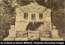 """Monumentul """"Apostolii Basarabeni"""" în memoria lui S.Murafa, A.Hodorogea și A.Mateevici, Chișinău (1923)"""