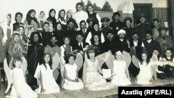 """""""Зөләйха"""" әсәрен сәхнәләштерү. Уртада - Гаяз Исхакый, аның уң ягында - Рокыя Мөхәммәдиш. Токио, 1934"""