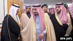 در میان بازداشتشدگان، متعب بن عبدالله (چپ)، فرزند پادشاه سابق عربستان فهرست شده است.