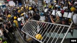 Эпизод сегодняшних столкновений манифестантов с полицией Гонконга