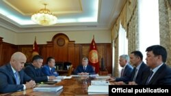 Атамбаев фракция лидерлери менен Конституцияга өзгөртүүлөрдү талкуулоодо.