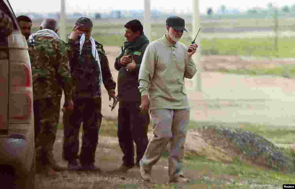 """Несмотря на политическое противостояние, у США и Ирана в регионе был и есть один общий враг – террористическая группировка, так называемое """"Исламское государство"""". На фотографии 2015 года Сулеймани командует операцией проиранской вооруженной группы в иракской провинции Салах-эд-Дин против бойцов ИГИЛ."""
