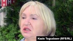 """Президент прессозащитной организации """"Адил соз"""" Тамара Калеева перед заседанием круглого стола. Алматы, 3 мая 2011 года."""