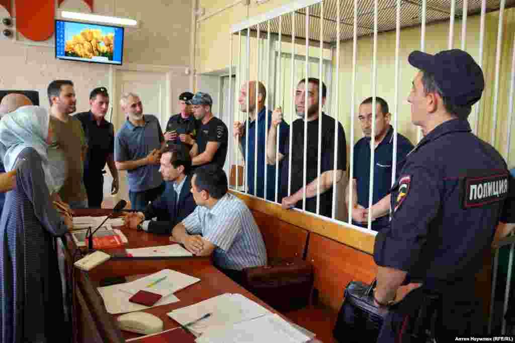 В районном суде Симферополя арестовывают четырех крымских татар из Бахчисарая. Их обвиняют в участии в исламской организации Хизб ут-Тахрир, объявленной в России террористической. В Украине она не запрещена и преследованию не подвергается.