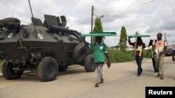 Нигерийцы рядом с бронетранспортером. Иллюстративное фото.
