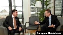 Türkmenistanyň prezidenti Gurbanguly Berdimuhamedow (çepde) Ýewropa Komissiýasynyň ýokary derejeli resmisi Andris Pibalgs bilen duşuşýar, Brýussel, 6-njy noýabr, 2007-nji ýyl.