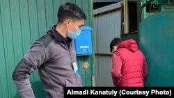 Волонтеры оперативного штаба у ворот дома, куда они привезли продукты питания.