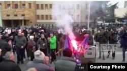Демонстрантите запалија знаме на ЕУ на протестот против двојазичноста во Скопје. Фото: А1он