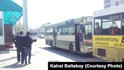 Аялдамада тұрған автобустар. Алматы, 17 сәуір 2013 жыл. (Көрнекі сурет)