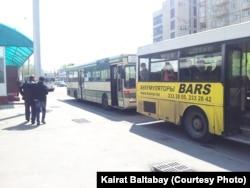 Автобусы на остановке. Алматы.