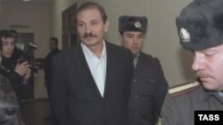 Николай Глушков на пути в зал заседаний российского суда. Фото 2004 года