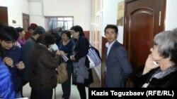 В кулуарах городского суда Алматы, где рассматриваются апелляции Нарымбаева и Мамбеталина на решение об их аресте. Алматы, 26 октября 2015 года.