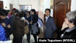 Сот залы алдында тұрған жұрт. Алматы, 26 қазан 2015 жыл. (Көрнекі сурет)