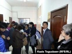 В кулуарах городского суда Алматы. Иллюстративное фото.