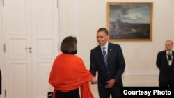 Presidenti amerikan Barack Obama përshëndet presidenten e Kosovës, Atifete Jahjagën, foto nga arkivi