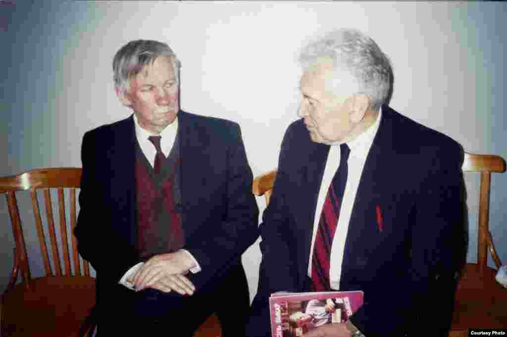 З Васілём Быкавым, Прага, 1997