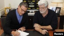 Bob Iger izvršni direktor kompanije Disney i George Lucas potpisuju ugovor