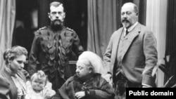 Королева Виктория, Александра Федоровна, Николай II. На руках – великая княжна Ольга. Справа - будущий король Эдуард VII. 1896