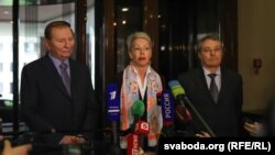 (Зліва направо) Екс-президент України Леонід Кучма, представник ОБСЄ Гайді Тальявіні та представник Росії Азамат Кульмухаметов. Мінськ, 6 травня 2015 року