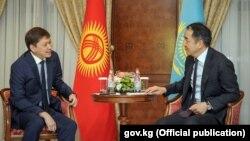 Кыргызстандын өкмөт башчысы Сапар Исаков менен Казакстандын премьер-министри Бахытжан Сагинтаев. Ереван, 24-октябрь, 2017-жыл