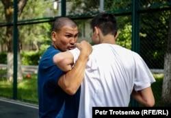 Арман Абдуллаханов показывает приемы греко-римской борьбы. Алматы 11 июня.