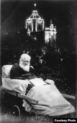 Митрополит Андрей Шептицький з важко хворів з 1929 року, з 1935 року його переносили