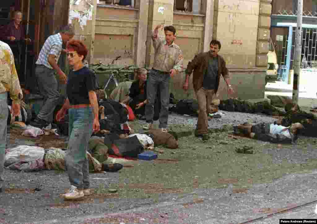 Рынок Маркале в центре Сараево после минометного обстрела. 28 августа 1995 года. В результате обстрела погибли 43 человека. Это была одна из двух преднамеренных атак на рынок, которые позже были названы «резней в Маркале». Совершенный в августе обстрел был одним из факторов, подтолкнувших НАТО к бомбардировке боснийских сербских сил, начатой в том же месяце.