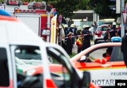 Imediat după atentat la intrarea în centrul comercial