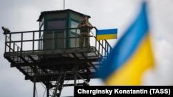 Украина-Ресей шекарасында тұрған украин шекарашысы (Көрнекі сурет)