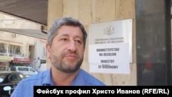 """Христо Иванов пред министерството на икономиката. Зад гърба му се вижда надписът Министерство на Пеевски"""" и """"Ministry of 6I6Inomy"""""""