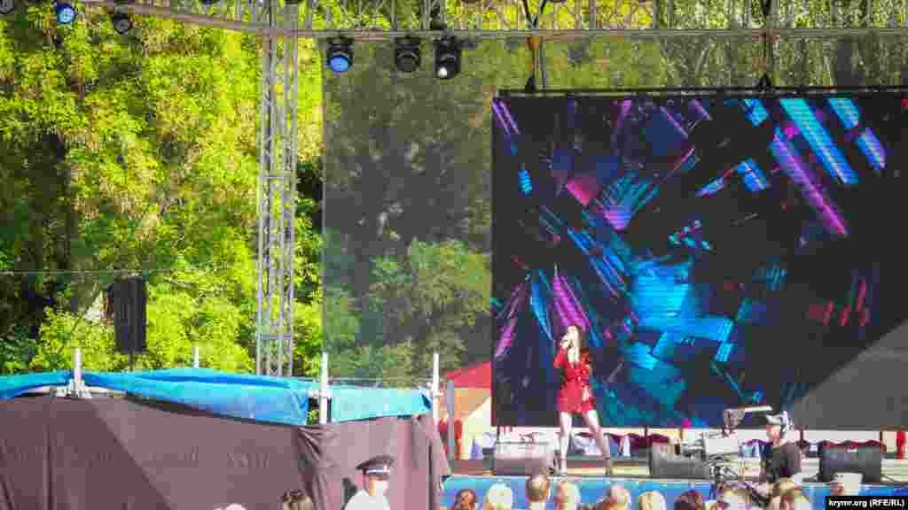 На сцене выступают участники российского телевизионного проекта «Шоу «Голос». Также запланировано выступление крымских коллективов: ансамблей «Джаз Рандеву», «Подворье», «Хайтарма» и капеллы «Октава». Вечером на площади Ленина в Керчи запланировано выступление российского артиста Дениса Майданова