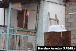 Во дворе дома, где произошла перестрелка. Боралдай, 6 декабря 2011 года.