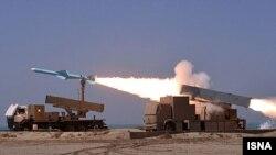 شلیک موشک های موسوم به نور در جریان یکی از رزمایش ها در ایران