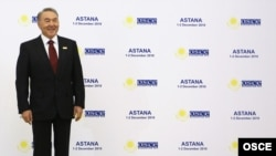 Қазақстан президенті Нұрсұлтан Назарбаев ЕҚЫҰ саммитіне қатысушыларды қарсы алып тұр. Астана, 1 желтоқсан 2010 жыл.