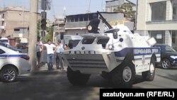 Поліція блокує дорогу, що веде до відділку поліції, у Єревані, 17 липня 2016 року