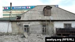 Астанада Cәтпаевтар отбасы екі бөлмесін 45 мың теңгеге жалдап тұрып жатқан ескі үй.
