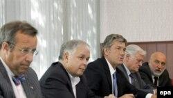 Г-н Ильвес (первый слева) составил кампанию немногим коллегам из стран Восточной Европы, поспешившим в Тбилиси лично поддержать Михаила Саакашвили